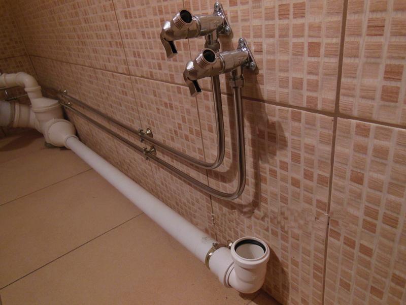 Вариант выхода трубы канализации
